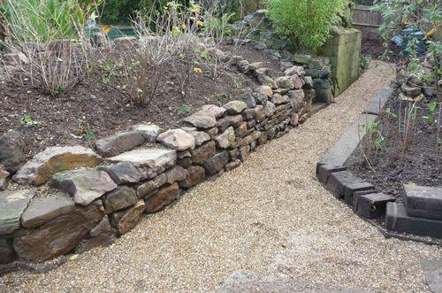 kamena staza u bašti
