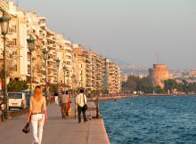 Luka u Solunu sa zgradama blizu obale