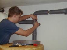 majstor montira izolaciju na cevi