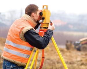 geometar izrađuje snimak na terenu