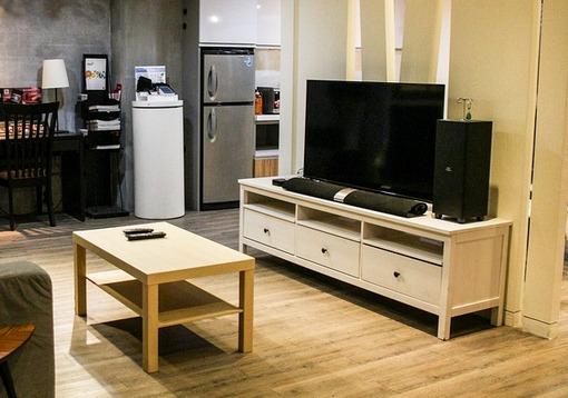 bela komoda za televiziju