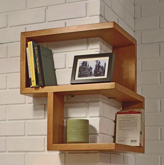 drvana polica na kojoj su knjige