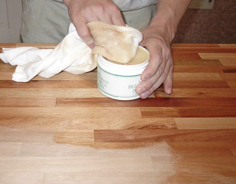 vosak za drvo se nanosi na ploču