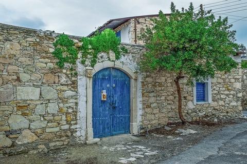 kameni zid i plava kapija