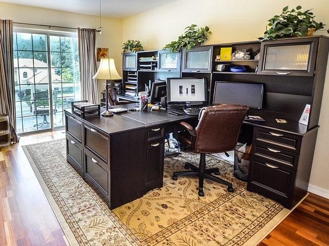 IT kancelarija u dnevnoj sobi