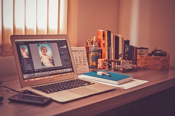 kancelarijski sto sa laptopom