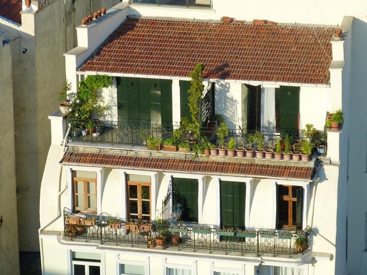Dva kaskadna balkona sa zelenilom