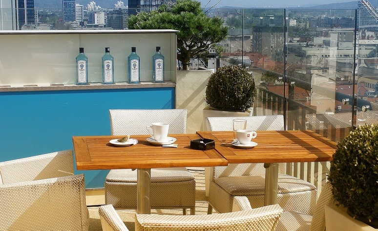 Veliki balkon sa stolom i stolicama